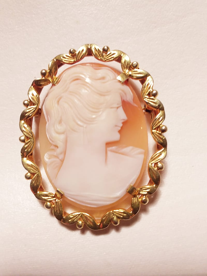 A vintage 9ct gold cameo brooch.