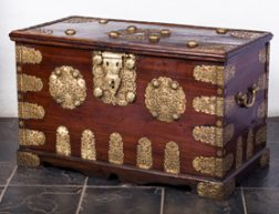 KUNSTHANDEL H.W.C. DULLAERT – DUTCH COLONIAL CAMPHOR WOOD CHEST